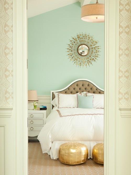 Dormitorio en menta y dorado
