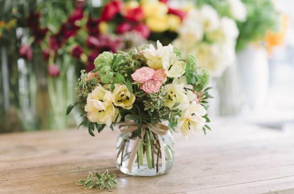 jarron-de-cristal-con-flores-de-temporada