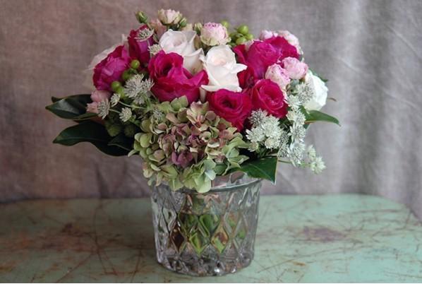 jarron-tallado-con-bouquet-de-rosas-de-jardin